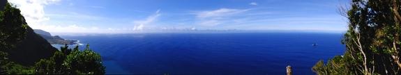 In der Steilwand stehend: Blick auf Fajã Grande und das Meer