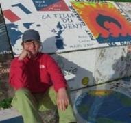 Skipperin Dany an der bemalten Hafenmole von Horta