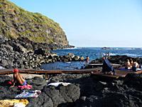 Heisse Quellen in geschützten Meerwasserbecken