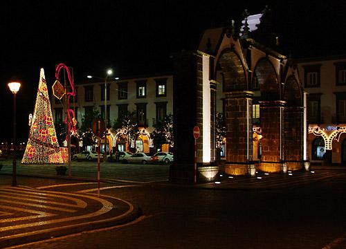 Weihnachtsbeleuchtung am alten Stadttor von Ponta Delgada
