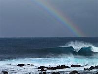 Regenbogen und Brandung