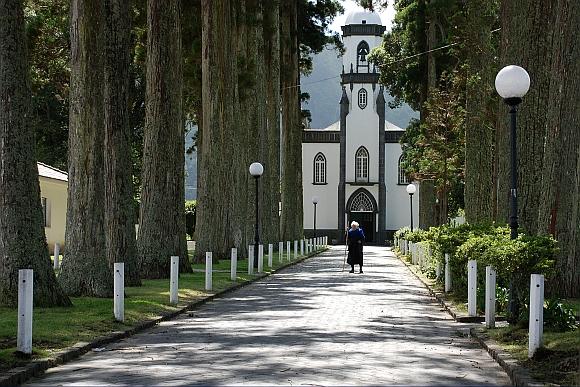 Alte Dame vor der Pfarrkirche von Sete Cidades
