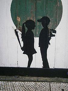 Schattenriss an einer Häuserwand in Ponta Delgada