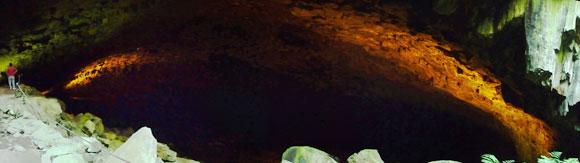 In der Schwefelhöhle Furna do Enxofre
