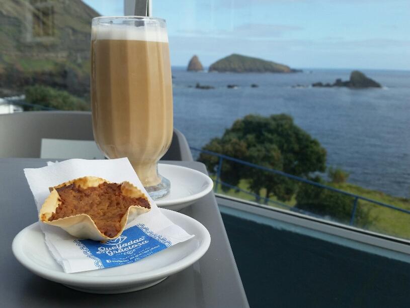 Blick auf die Küste bei Cafe und Süßem