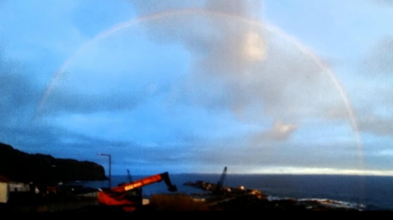 Regenbogen über dem Hafen, als wäre nichts gewesen